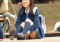 【コスプレ・制服】公園制服女子しゃがみパンチラ動画