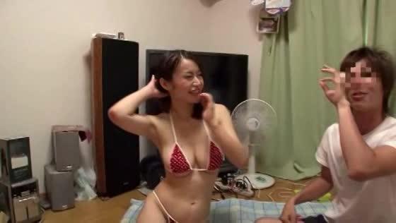 【ビキニ】マイクロビキニの巨乳おっぱいおっぱい淫乱痴女が素人男性を足コキでイカセて嬉しそう