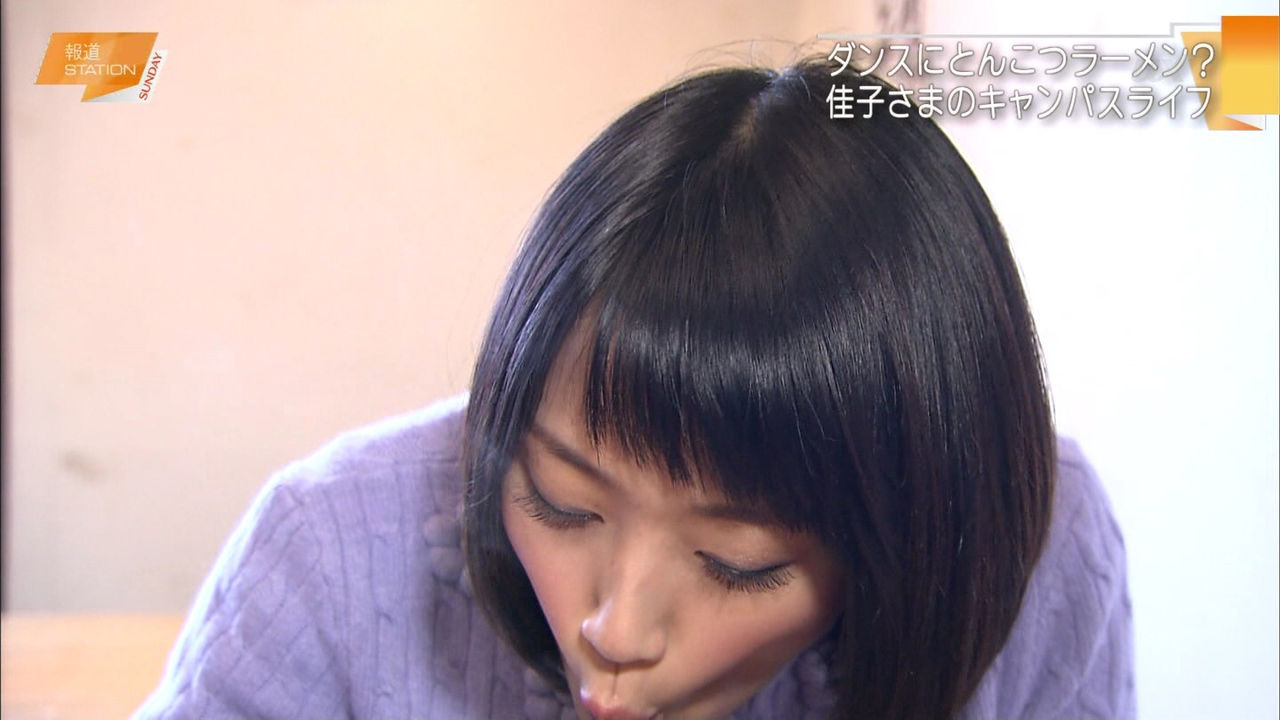 竹内由恵アナ(34)、久々のロケでここぞとばかりに谷間を見せながらラーメンを啜り舌ペロ