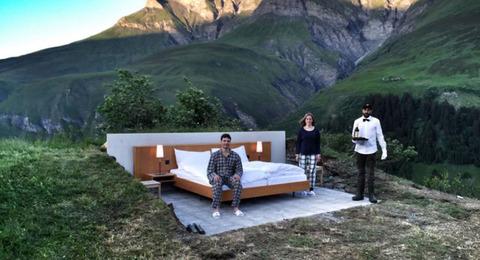 【画像】スイスで屋根のないホテルがオープン!海抜1970メートル上