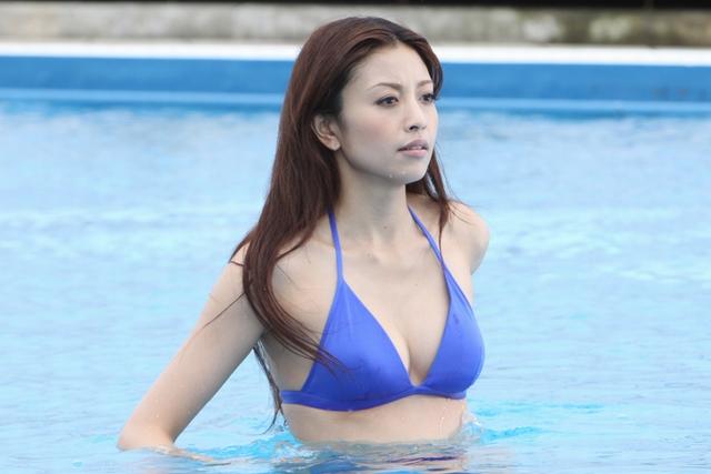 プールにいる片瀬那奈。