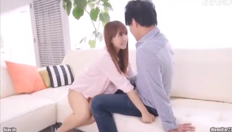 絶頂寸前の元アイドル三上悠亜が男優にがっしりしがみつき腰を激しくフリフリ