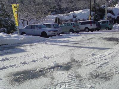 凍てつく駐車場