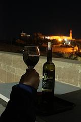 ホテルのテラスで、スリヤーニの赤ワインを堪能