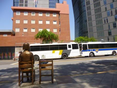 在韓日本大使館前の慰安婦像