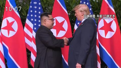 金正恩氏、ガチガチに緊張の様子で握手「簡単な道のりではなかった」