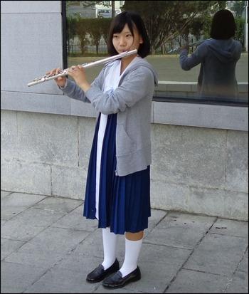 160601平壌ホテル前の女学生