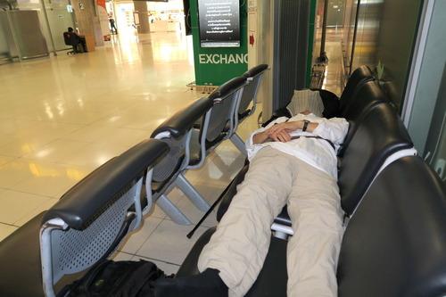空港で仮眠