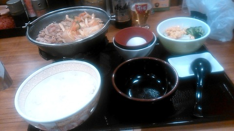 すき家・牛すき鍋定食+サラダ