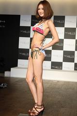 人気モデル荒井奈緒美が水着でウォーキング2