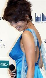 セクシーなドレス姿の釈由美子