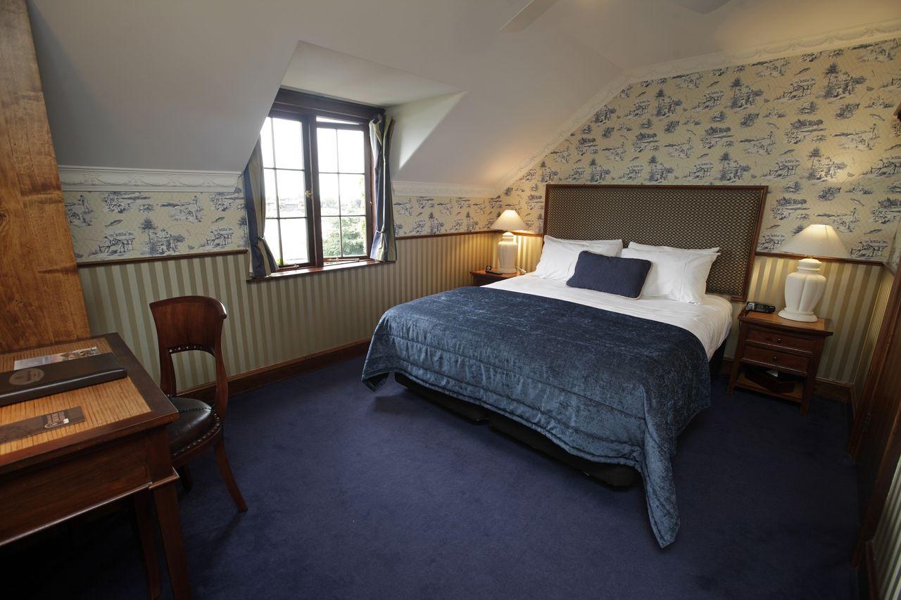 Standard hotel room (2)