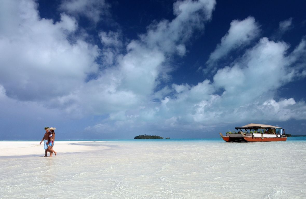 Aitutaki-Day-Tour-The-Vaka-Cruise-at-one-foot