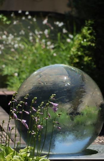 水の流れる球体