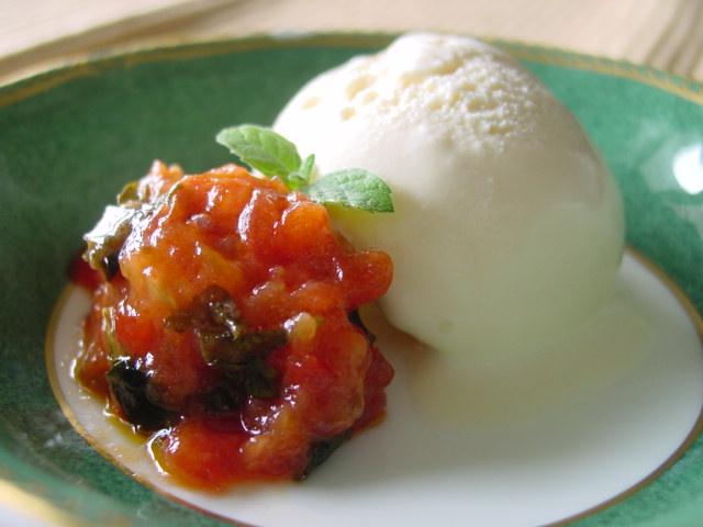 アイスクリームにトマト・ジャムを添えて