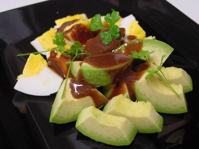 アボカドと卵のバルサミコソース