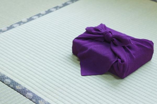 和室と風呂敷包み