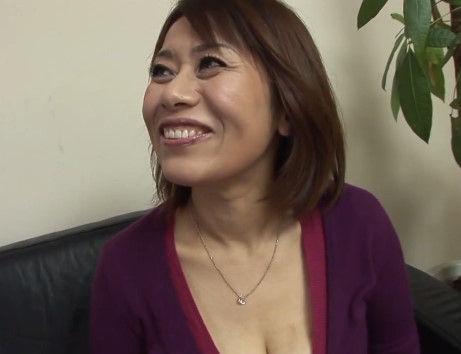 【清楚な女性が乱れる動画】【川尻さとこ-40歳】清楚で胸の谷間がスケベすぎる人妻が初脱ぎ初撮りAVデビュー