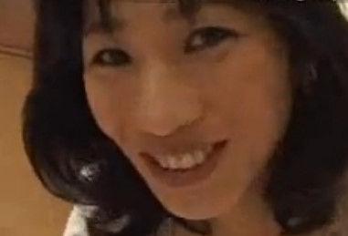 【五十路 胸チラ】五十路のおばさん、安野由美の胸チラH無料動画。五十路の爆乳おっぱいの美人おばさんが胸チラさせて誘惑してくるので襲ったったw【安野由美】