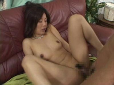 【全裸M字SEX】ソファーにて熟女が全身スッポンポンでセクロスなんかを・・・