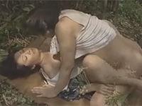 【ヘンリー塚本】昭和の農村で夫が塀の中の熟女が野外で不倫セックス