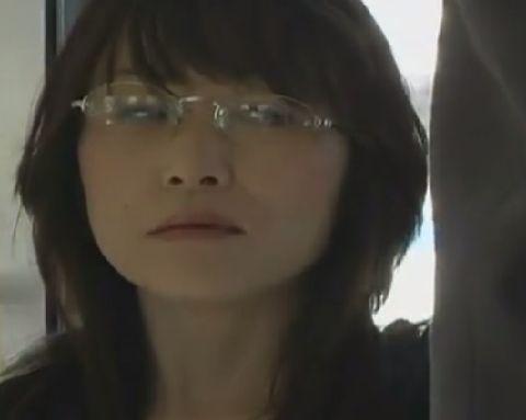 【ヘンリー塚本】電車で乗り合わせた知らないオトコを妄想してオナニーするオンナ教師