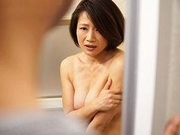 夫の元上司に自宅の浴室やキッチンで情事に溺れる四十路妻 友田真希