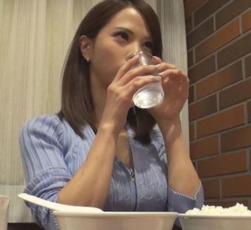 《奥さんナンパ》すぐヤレそうな雰囲気を醸し出す若妻をターゲットにナンパを決行して膣だしファック