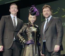 共演を機に友人になったラッセル(右)とデュランド(左)、中央は神田うの cJulie Minami