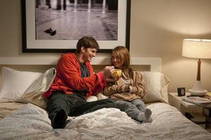 ナタリー・ポートマンとアシュトン・カッチャーの恋愛映画『抱きたいカンケイ』c 2010 DW Studios L.L.C. All Rights Reserved.