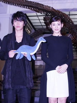 佐藤健「天才の世界を感じて」、綾瀬はるか「究極のラブストーリー」と主演映画『リアル~完全なる首長竜の日~』をPR