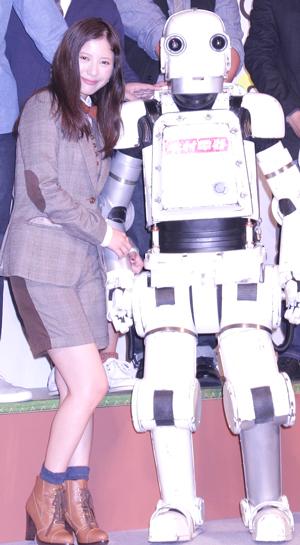 吉高由里子がロボット(実はおじいちゃん)に求婚?! /映画『ロボジー』完成報告会見 より。他3点、撮影:南樹里