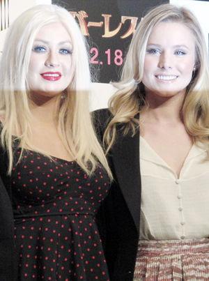 クリスティーナ・アギレラ(左)と共演のクリスティン・ベル、映画『バーレスク』来日会見にて