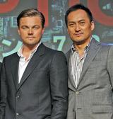 「(渡辺)謙は日本の宝」と褒め称えるレオナルド・ディカプリオ(左)
