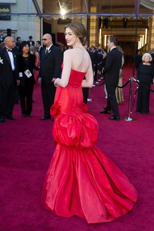 アン・ハサウェイのドレスをチェック!cA.M.P.A.S.