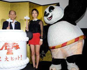映画『カンフー・パンダ2』初日舞台挨拶にて、笹野(左)、MEGUMI