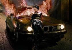 リスベット外見。2010年9月11日日本公開のオリジナル版『ミレニアム2 火と戯れる女』から。cYellow Bird Millennium Rights AB, Nordisk Film, Sveriges Television AB, Film I Vast 2009