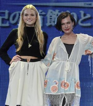 美女の2ショット!ガブリエラ・ワイルド(左)とミラ・ジョヴォヴィッチ、映画『三銃士/王妃の首飾りとダ・ヴィンチの飛行船』来日会見にて