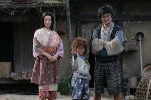 乱太郎満面の笑み、カッコイイ父ちゃんと美人のかあちゃんc2011実写版「忍たま乱太郎」製作委員会