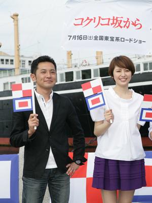 『コクリコ坂から』の完成披露会見に登場した長澤まさみと宮崎吾朗監督(左)