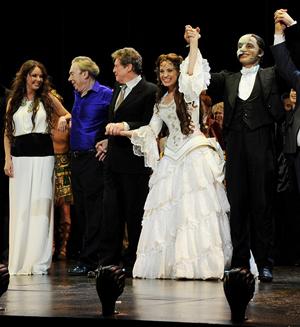 「オペラ座の怪人」25周年記念公演より、(左から)サラ・ブライトマン、アンドリュー・ロイド=ウェバー卿、マイケル・クロフォードほか(C)Getty-Imags.