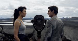 オルガ・キュリレンコ(左)とトム・クルーズ