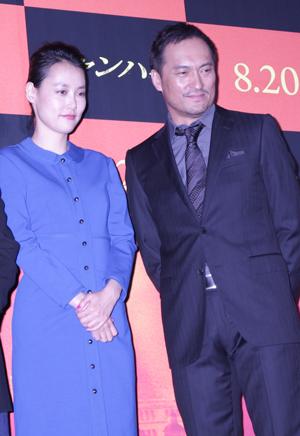 映画『シャンハイ』舞台挨拶にて、菊地(左)と渡辺。写真2点、撮影:南樹里