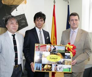 西谷監督(左)、織田(中央)、駐日スペイン大使