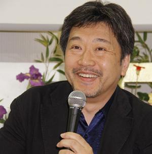 映画『そして父になる』の是枝裕和監督、成田空港での記者会見にて