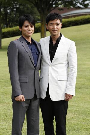 主演の浅川巧役の吉沢悠(左)と李青林役のペ・スビン