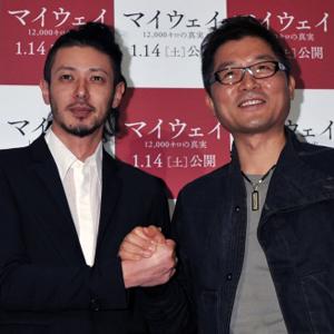 オダギリジョー(左)とカン・ジェギュ監督、映画『マイウェイ 12,000キロの真実』特別映像試写会にて