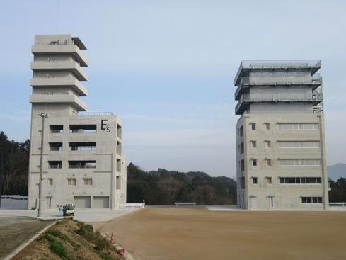 �左:高層訓練棟 右:中層訓練棟