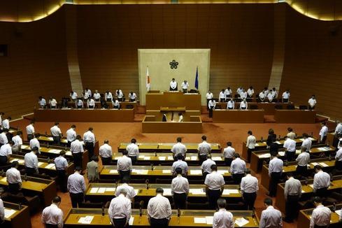 9月議会議場にて黙祷
