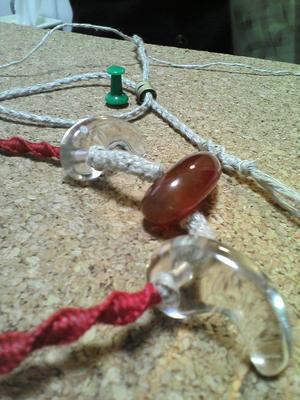 クオーツ(水晶)2つとカーネリアン(赤メノウ)